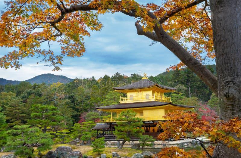 Kinkakuji nella stagione di autunno fotografie stock