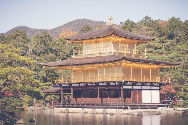 Kinkakuji tempel den guld- paviljongen i Kyoto, Japan (filter fotografering för bildbyråer