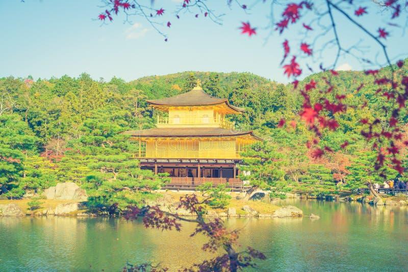 Kinkakuji tempel den guld- paviljongen i Kyoto, Japan (filter royaltyfria bilder