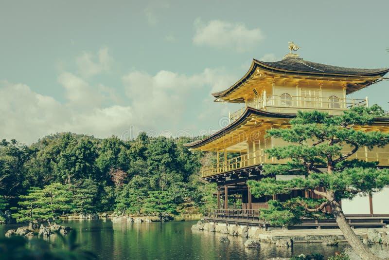 Kinkakuji tempel den guld- paviljongen i Kyoto, Japan (filter arkivfoton