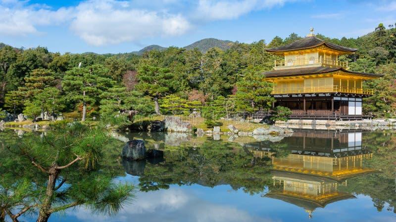 Kinkakuji tempel (den guld- paviljongen) och reflexion, Kyoto, Ja royaltyfri bild
