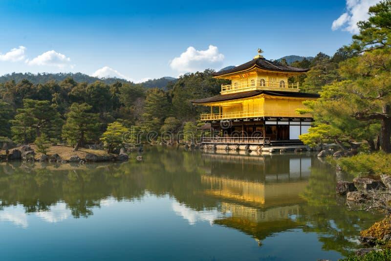 Kinkakuji & x28; Tempio di pavilion& dorato x29; a Kyoto con la riflessione dell'acqua fotografia stock libera da diritti