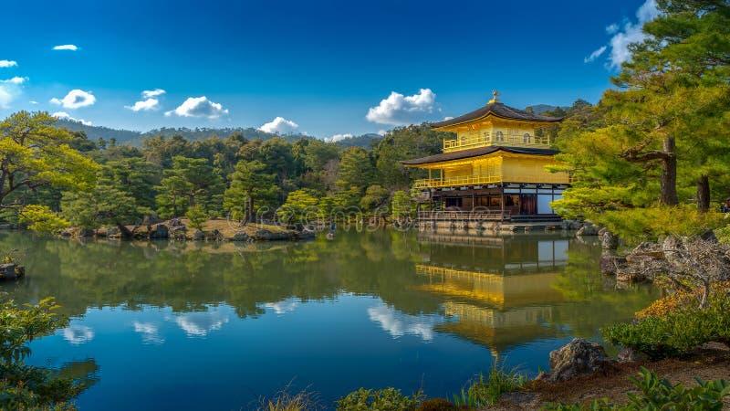 Kinkakuji & x28; Tempio di pavilion& dorato x29; a Kyoto con la riflessione dell'acqua fotografia stock