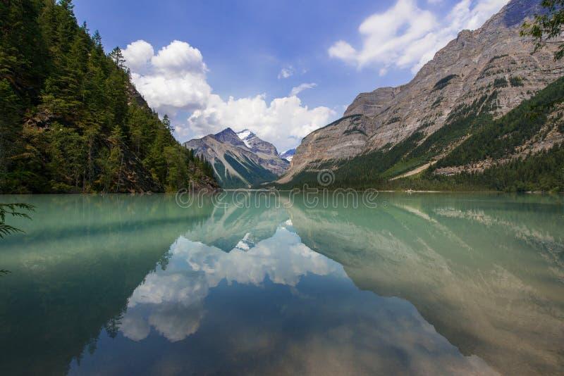 Kinney jezioro Kanada - góry, odbicia - fotografia stock