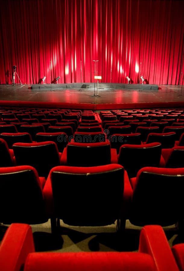 Kino - roter Innenraum des Theaters stockbilder