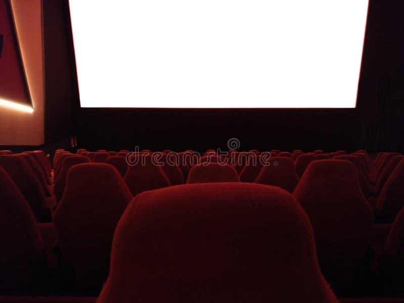Kino - wnętrze kino z pustymi czerwieni i czerni siedzeniami z bielu ekranem - w górę ekranu zdjęcie royalty free