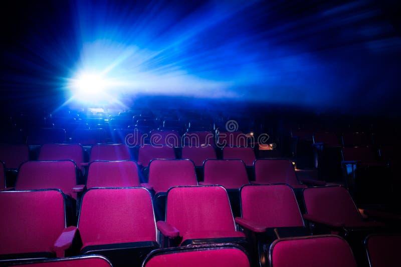 Kino z pustymi siedzeniami i projektorem obraz royalty free