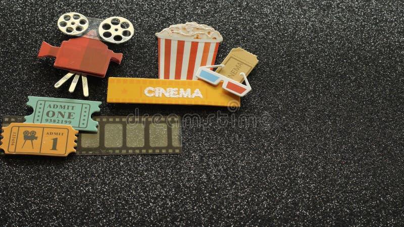 Kino znak wszystko na czerni z popkornu wiadra filmu biletami na ekranowym pasku błyskał tło zdjęcie stock