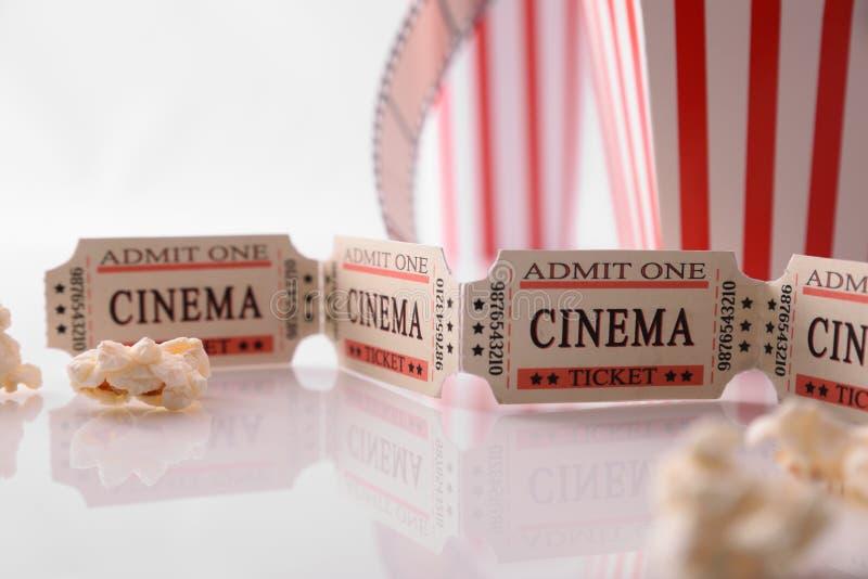 Kinowy bilet i popkornu tła biały szczegół zdjęcie stock