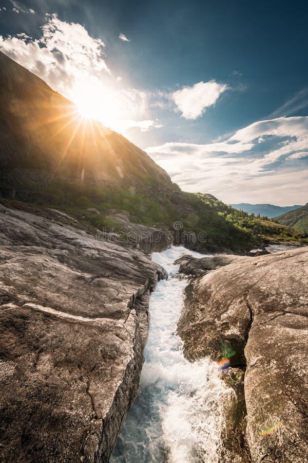 Kinsarvik, Hordaland, Norge Vattenströmmar genom Rocks i Hardangervidda Mountain Plateau Sun Sunshine ovanför Rocky royaltyfri fotografi