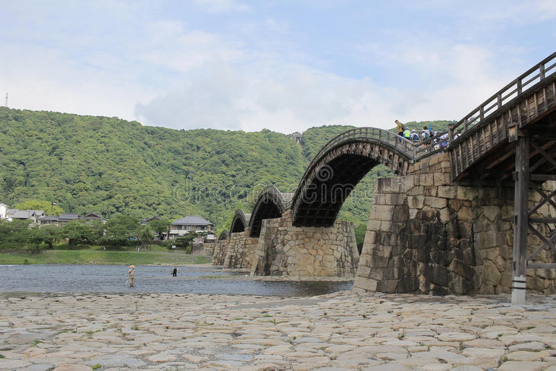 Kintai bro över den Nishiki floden i Iwakuni, royaltyfria bilder