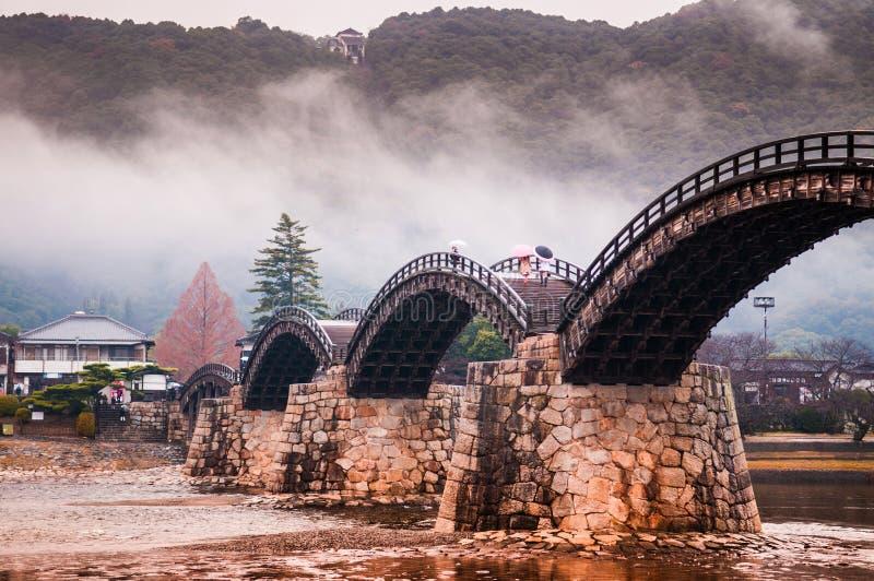 Kintaikyo bro på den regniga dagen - Iwakuni - Yamaguchi - Japan royaltyfria foton