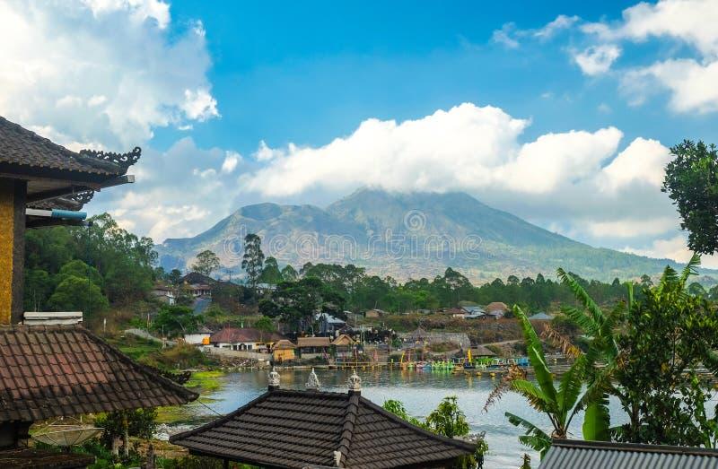 Kintamani vulkan och sjö, sikt från den Kabupaten byn arkivfoto