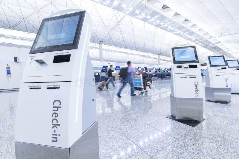 Kiosk för självservicemaskin och för hjälpskrivbord på flygplatsen royaltyfria foton