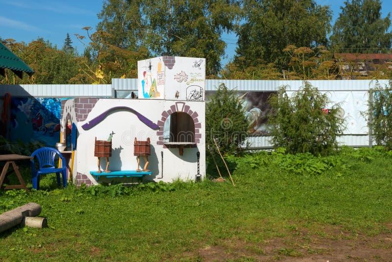 Kiosk in Form eines alten Ofens von Märchen über Emelya stockfoto