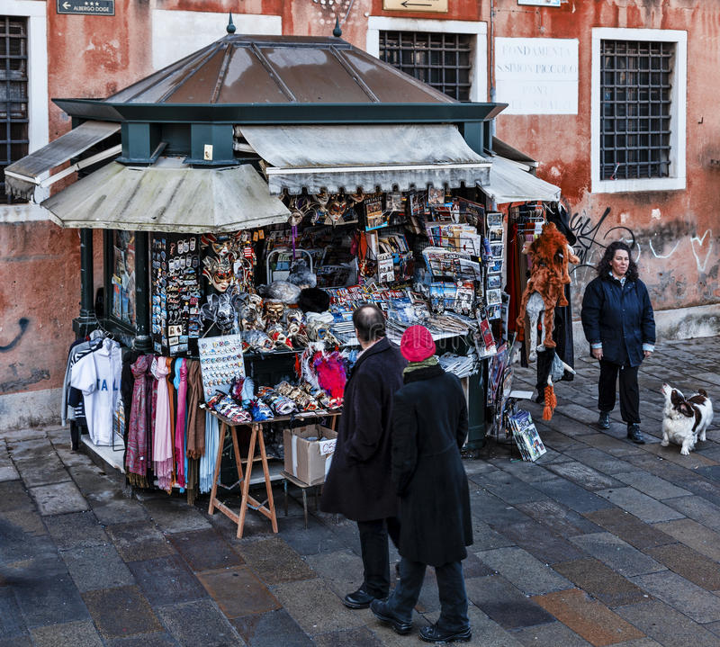 Kiosk med souvenir i Venedig arkivbild