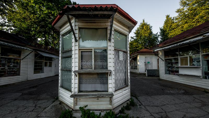 Kiosk van eenvoudige houten bouw verkopende producten bij een straat in de stad van Narva, ESTLAND, September 2017 stock afbeelding