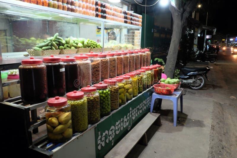 Kiosk verkopende kruiden en ingeblikt fruit Een plank met kruiken kruiden en ingeblikt fruit straat stock afbeelding