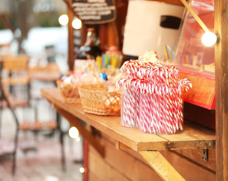 Kiosk z cukierkami przy tradycyjnym jarmarkiem fotografia stock