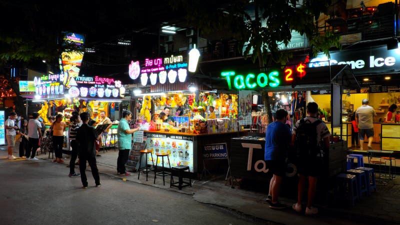 Kiosken die roomijs en fruitcocktails, neontekens verkopen royalty-vrije stock foto