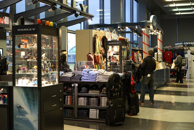 Kioskverkäufer an Flughafen Chicagos O'Hare stockfotos