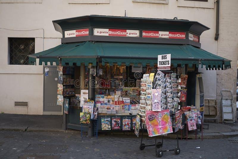 Kiosque à journaux à Rome photos stock
