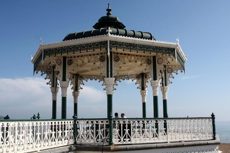 Kiosque à musique chez Brighton Pier, Angleterre photo libre de droits