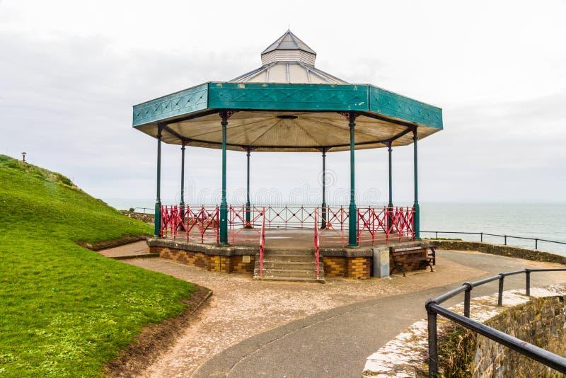Kiosque à musique de support de bande avec la mer à l'arrière-plan images stock