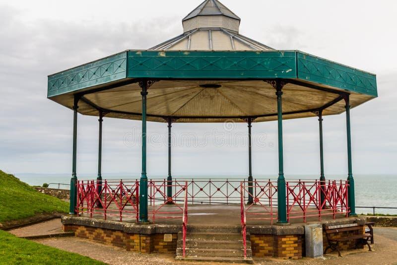 Kiosque à musique de support de bande avec la mer à l'arrière-plan, paysage photo stock