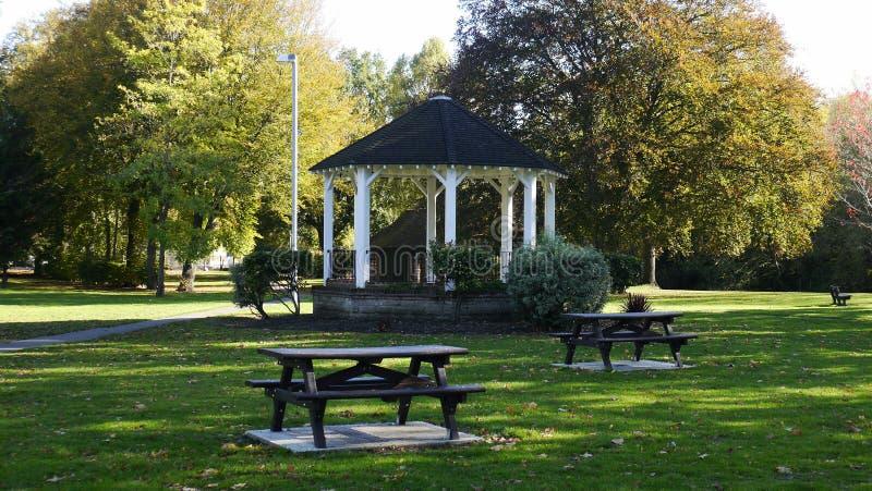 Kiosque à musique fleuri victorien en parc public dans Surrey R-U photo stock