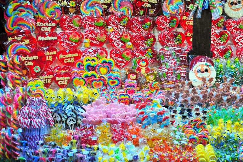 Kiosque avec des bonbons au marché de Noël à Wroclaw images libres de droits