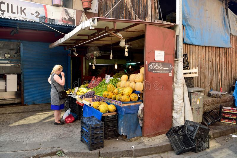 Kiosque avec des fruits au marché de bazar de carsi à Trabzon, Turquie images libres de droits