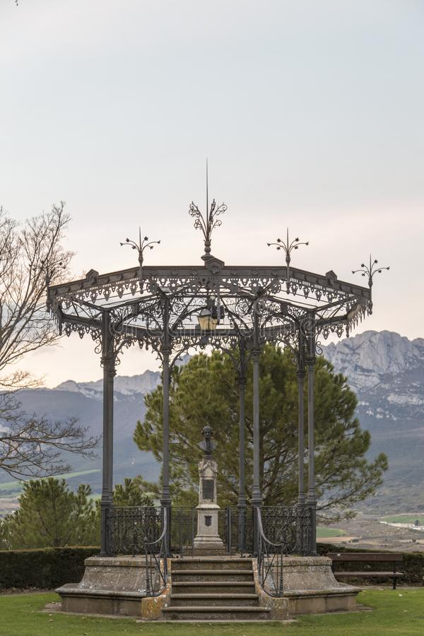 Kiosque avec le buste à l'intérieur en parc sur la montagne photographie stock libre de droits