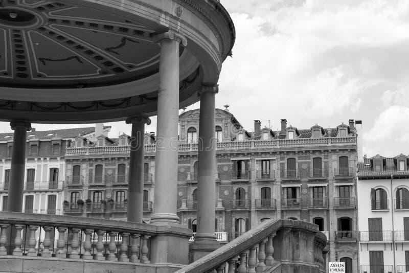 Kiosque dans le noir un blanc à Pamplona image libre de droits