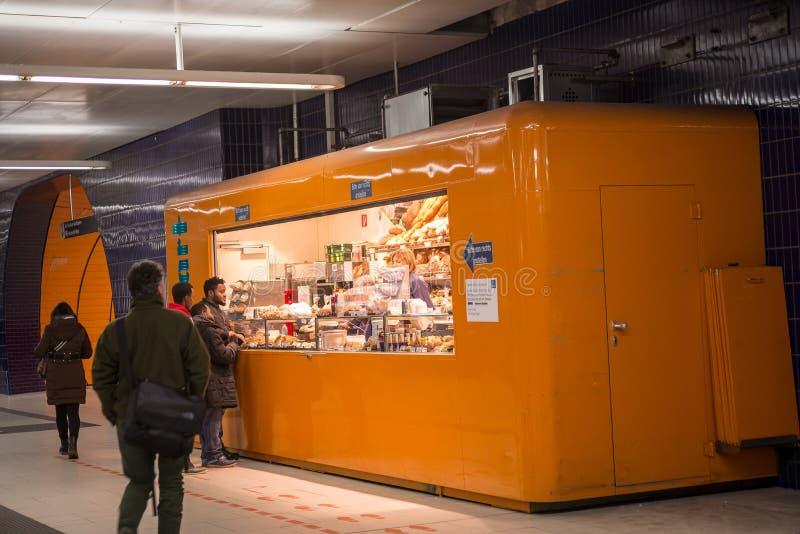 Kiosque de Bekery dans une station de métro photographie stock libre de droits