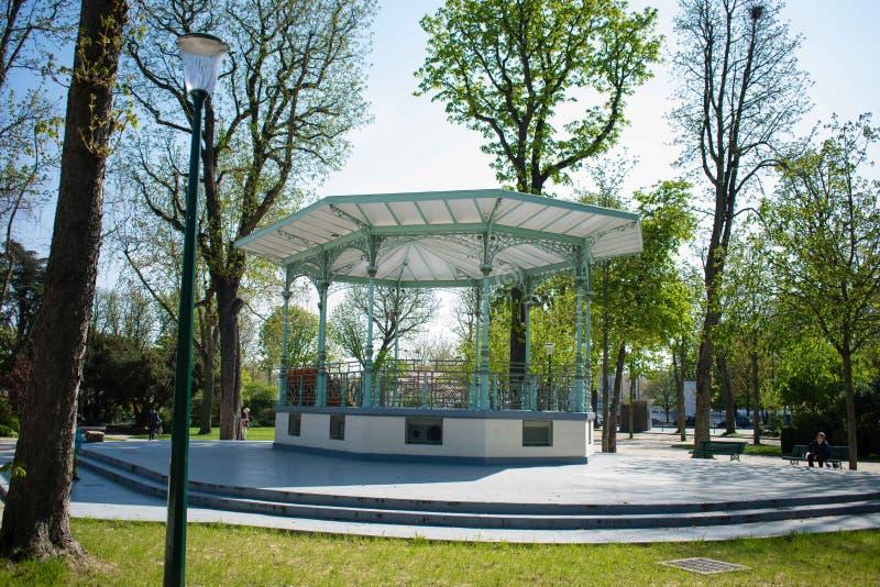 Kiosque de musique dans le jardin de ChampsElysees, Paris images stock