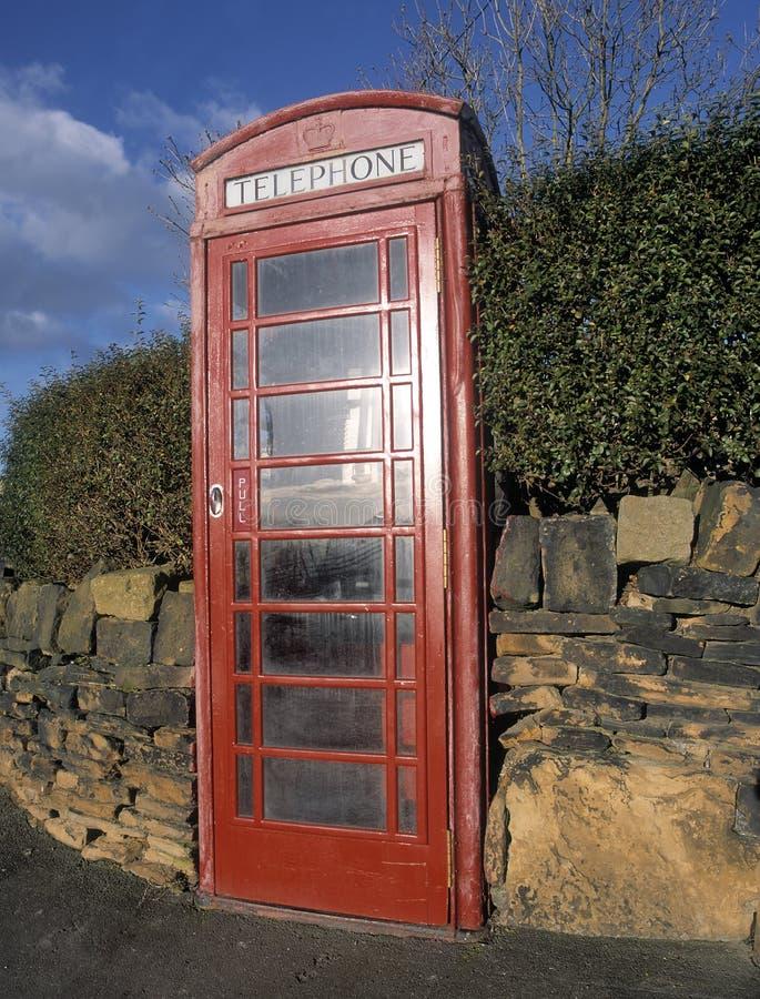 Kiosque de téléphone rouge traditionnel images stock