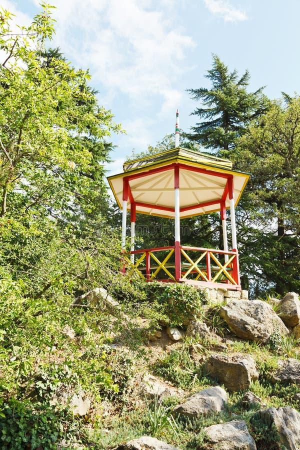 Kiosque en bois dans le jardin botanique de Nikitsky images stock