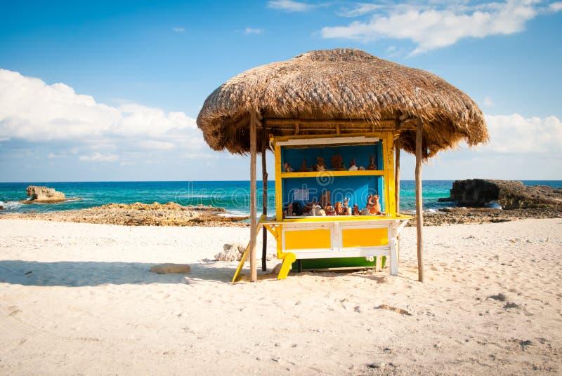 Kiosque en bord de route sur la plage au Mexique image libre de droits