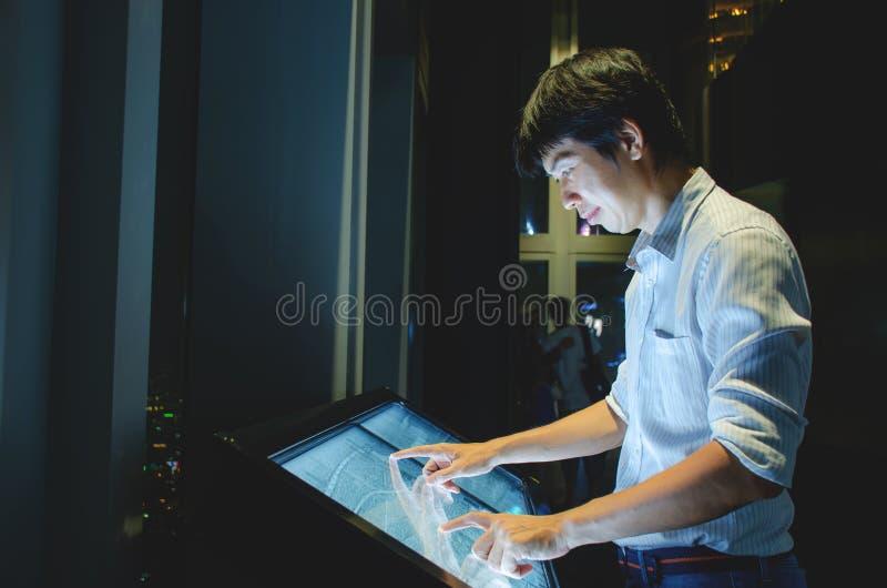 kiosque interactif avec grand plan de construction des transports publics Main d'un homme pointant le doigt et se touchant pour p photographie stock