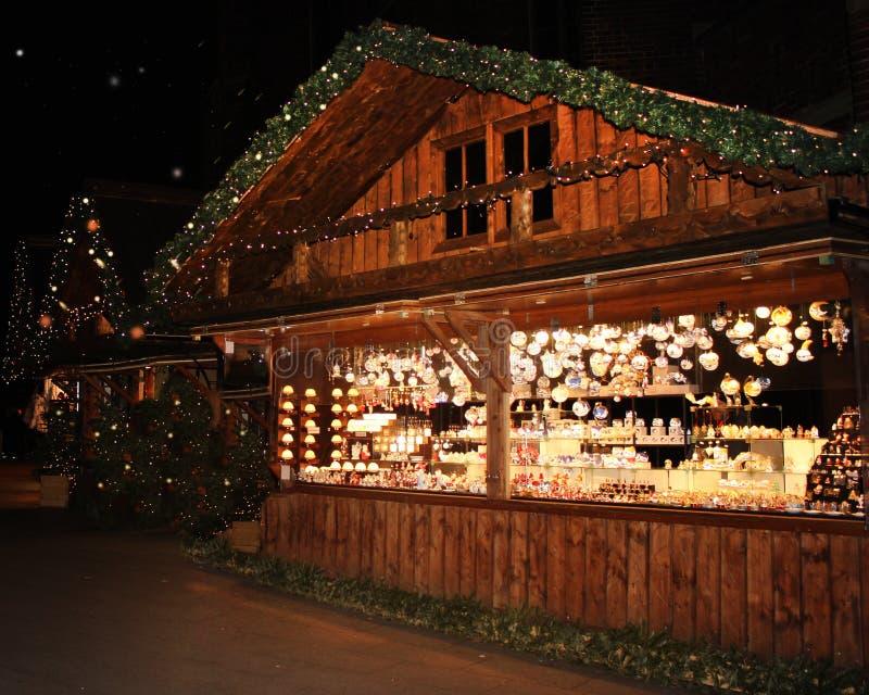 Kiosque juste lumineux du marché de Noël Vente de vin chaud, des arbres de Noël et du pain d'épice photos stock