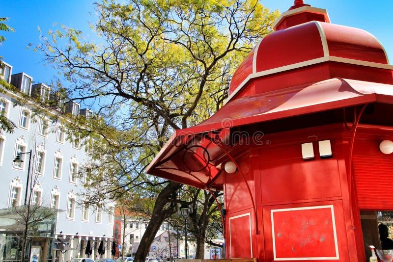 Kiosque rouge typique de caf? en parc ? Lisbonne image libre de droits