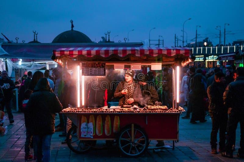 Kiosque turc de nourriture de rue avec les châtaignes rôties chaudes Eminonu pi photos libres de droits