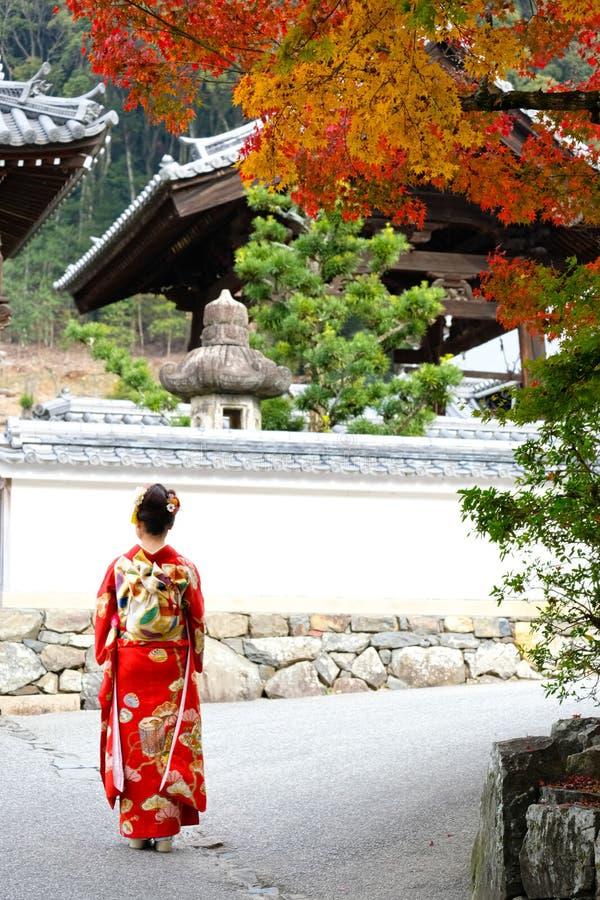 Kioto Jesienne liście z japońską dziewczyną obrazy royalty free