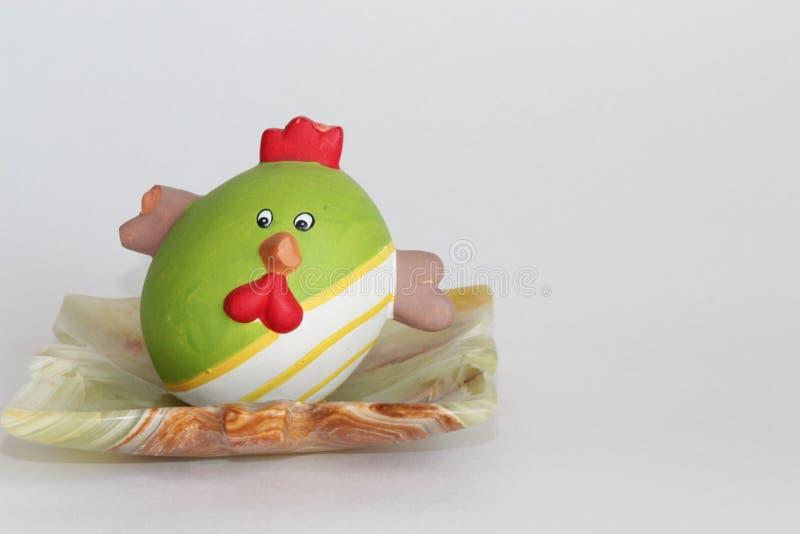 Kip in de vorm van een ei stock foto