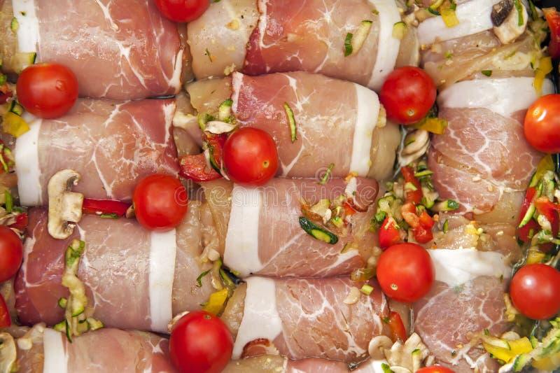 Kip die in bacon wordt verpakt royalty-vrije stock foto's