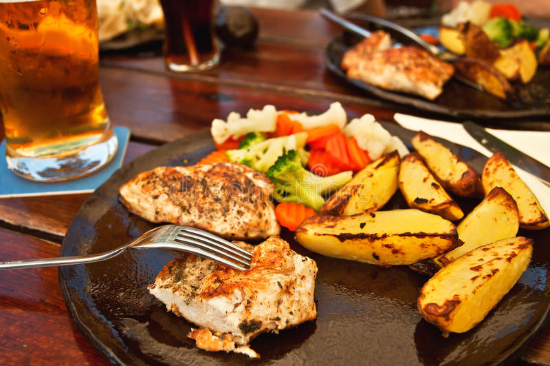 Kip en gebraden aardappel stock fotografie
