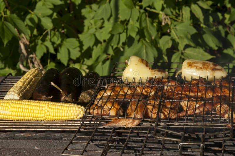 Kip en groenten op een grill royalty-vrije stock afbeeldingen
