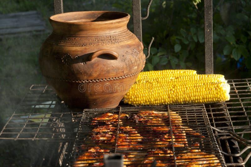 Kip en groenten op een grill royalty-vrije stock afbeelding
