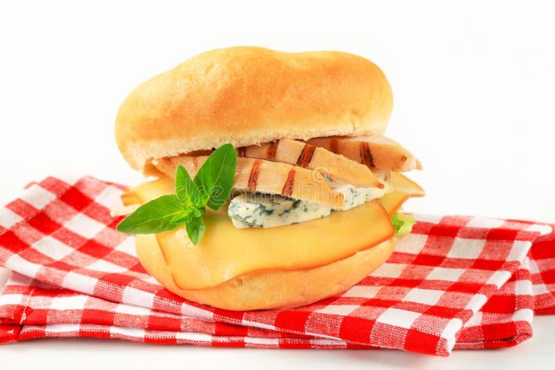 Kip en kaassandwich stock afbeelding